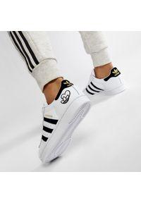 Adidas - Buty adidas - Superstar W FY4755 Ftwwht/Cblack/Goldmt. Zapięcie: sznurówki. Kolor: biały. Materiał: materiał, skóra. Szerokość cholewki: normalna. Wzór: gładki. Obcas: na płaskiej podeszwie. Styl: klasyczny. Model: Adidas Superstar
