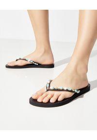 MYSTIQUE SHOES - Japonki z kryształami Munster. Kolor: czarny. Materiał: guma. Wzór: paski, aplikacja. Szerokość buta: średnie