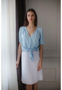 Figl - Niebieska Bluzka Zapinana na Guziki z Wiązaniem. Kolor: niebieski. Materiał: poliester, elastan