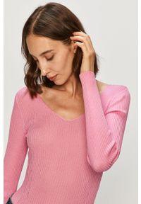 Różowy sweter Guess Jeans na co dzień, casualowy