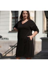 Czarna sukienka dla puszystych Moda Size Plus Iwanek w kolorowe wzory, casualowa, na co dzień, z dekoltem w kształcie v