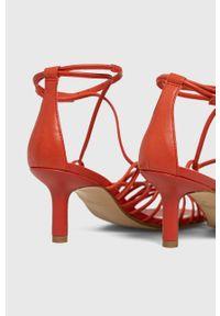 vagabond - Vagabond - Sandały skórzane Amanda. Zapięcie: klamry. Kolor: czerwony. Materiał: skóra. Obcas: na obcasie. Wysokość obcasa: średni
