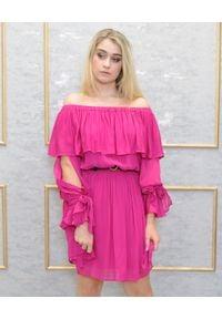 EMMA & GAIA - Różowa sukienka z falbanami. Kolor: różowy, fioletowy, wielokolorowy. Sezon: lato. Typ sukienki: z odkrytymi ramionami