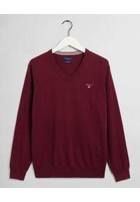 GANT - Bordowy sweter z wełną. Typ kołnierza: dekolt w serek. Kolor: czerwony. Materiał: wełna. Długość rękawa: długi rękaw. Długość: długie. Wzór: haft. Sezon: zima, jesień