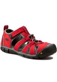 Czerwone sandały keen na plażę