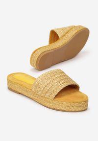 Born2be - Żółte Klapki Noevia. Nosek buta: okrągły. Kolor: żółty. Sezon: lato