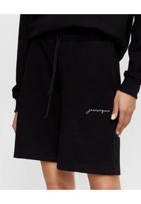 JENESEQUA - Czarne szorty z logo. Kolor: czarny. Materiał: materiał, dresówka. Wzór: aplikacja