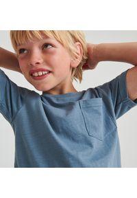 Reserved - Melanżowy t-shirt z kieszonką - Niebieski. Kolor: niebieski. Wzór: melanż