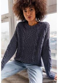 Gruby sweter z ozdobnym splotem w kolorze blue jeans BELFORT by Marsala. Materiał: jeans. Wzór: ze splotem. Sezon: zima, lato, jesień. Styl: street