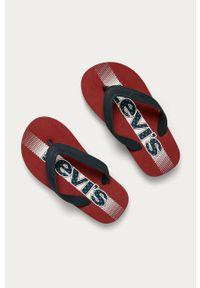 Czerwone klapki Levi's® w kolorowe wzory, na spotkanie biznesowe