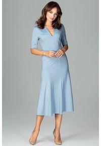 e-margeritka - Elegancka sukienka do biura rozkloszowana niebieska - s. Okazja: do pracy, na spotkanie biznesowe. Kolor: niebieski. Materiał: wiskoza, poliester, elastan, materiał. Sezon: jesień. Typ sukienki: rozkloszowane, proste. Styl: biznesowy, elegancki. Długość: midi