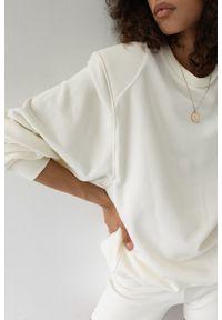 Marsala - Bluza damska z poduszkami na ramionach w kolorze CLOUD WHITE - AMBIENT BY MARSALA. Materiał: dresówka, dzianina, elastan, bawełna