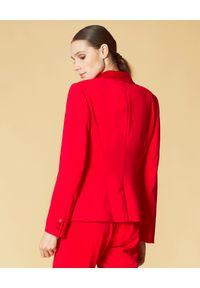 Manila Grace - MANILA GRACE - Czerwona marynarka z błyszczącymi klapami. Kolor: czerwony. Długość rękawa: długi rękaw. Długość: długie. Styl: klasyczny, elegancki