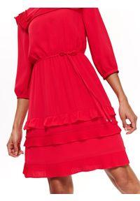 Różowa sukienka TOP SECRET elegancka, z krótkim rękawem, w kolorowe wzory, z falbankami