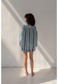 Marsala - Katana kurtka jeansowa oversize z marszczeniami - CHILL DENIM JACKET BY MARSALA. Materiał: jeans, denim. Styl: klasyczny