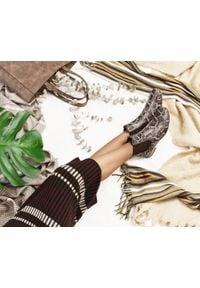 Zapato - nieocieplane sztyblety na płaskim obcasie - skóra naturalna - model 480 - kolor czarny wąż. Okazja: na co dzień. Zapięcie: bez zapięcia. Kolor: czarny. Materiał: skóra. Wzór: kolorowy, nadruk. Sezon: wiosna, jesień, lato. Obcas: na obcasie. Styl: casual, klasyczny, elegancki. Wysokość obcasa: niski