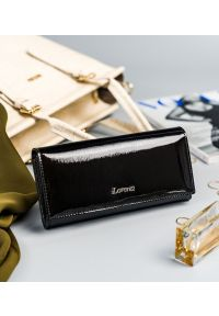 LORENTI - Lakierowany portfel czarny Lorenti 72037-SH NAPIS BLACK. Kolor: czarny. Materiał: skóra. Wzór: napisy
