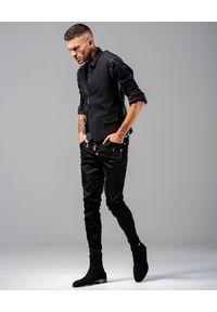 GUNS & TUXEDOS - Czarne jeansy ze skórzaną kieszenią Night Angel. Kolor: czarny. Styl: rockowy