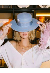 LESHKA - Błękitny kapelusz ze złotymi cekinami Gold Blue Canotier. Kolor: niebieski. Wzór: aplikacja
