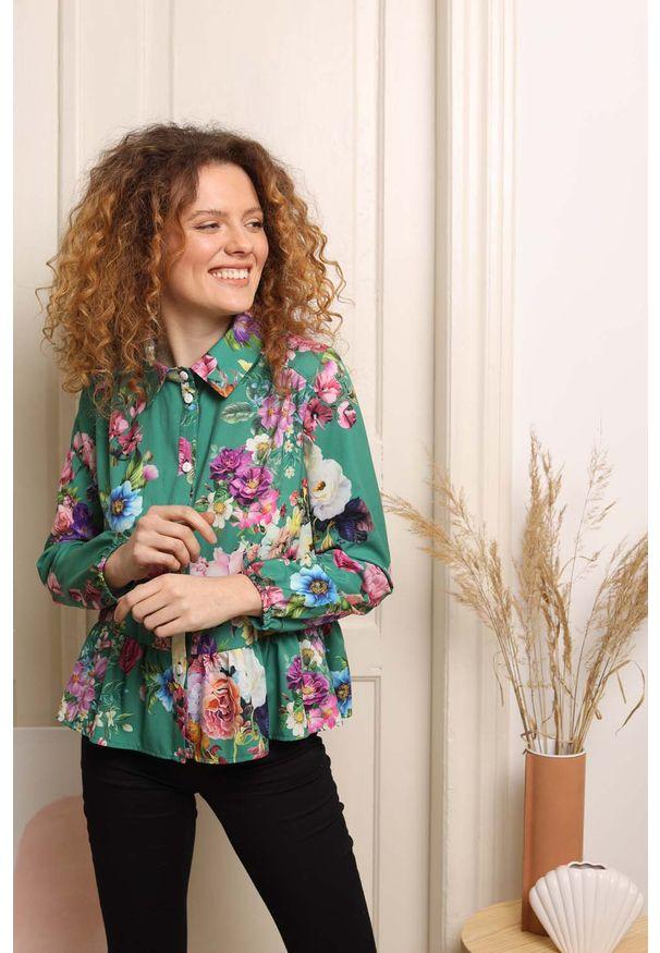 Nommo - Koszulowa Bluzka z Falbanką - Kwiaty. Materiał: wiskoza, poliester. Wzór: kwiaty