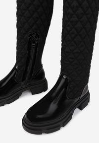 Born2be - Czarne Kozaki Hellolis. Nosek buta: okrągły. Zapięcie: zamek. Kolor: czarny. Szerokość cholewki: normalna. Wzór: aplikacja. Wysokość cholewki: przed kolano. Materiał: lakier, materiał. Obcas: na obcasie. Wysokość obcasa: niski