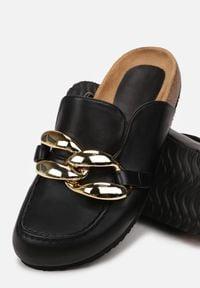 Born2be - Czarne Klapki Kallireanes. Nosek buta: okrągły. Kolor: czarny. Wzór: gładki, aplikacja