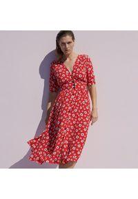 Reserved - Wiskozowa sukienka w kwiaty - Czerwony. Kolor: czerwony. Materiał: wiskoza. Wzór: kwiaty