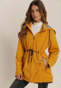 Renee - Żółta Kurtka Iasisa. Kolor: żółty. Materiał: jeans, dresówka. Długość rękawa: długi rękaw. Długość: długie. Wzór: aplikacja, paski, nadruk. Styl: klasyczny
