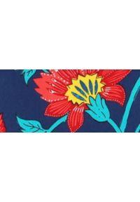 TOP SECRET - Casualowa sukienka w kwiaty. Okazja: na co dzień. Typ kołnierza: dekolt w karo. Kolor: niebieski. Materiał: tkanina. Długość rękawa: krótki rękaw. Wzór: kwiaty. Sezon: lato, wiosna. Styl: casual