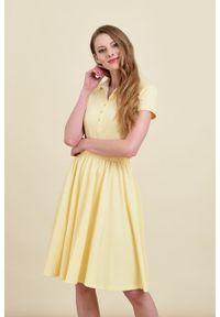 Marie Zélie - Sukienka Polo z gumką jasnożółta krótki rękaw. Okazja: do pracy, na co dzień. Typ kołnierza: polo. Kolor: żółty. Materiał: bawełna, dzianina, materiał. Długość rękawa: krótki rękaw. Typ sukienki: proste, sportowe. Styl: wakacyjny, sportowy, klasyczny, casual