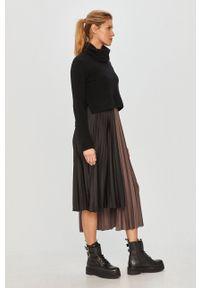 AllSaints - Sukienka na ramiączkach ze swetrem. Okazja: na co dzień. Typ kołnierza: golf. Kolor: czarny. Długość rękawa: na ramiączkach. Typ sukienki: proste, plisowane. Styl: casual