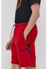 Jordan - Szorty. Kolor: czerwony. Materiał: dzianina. Wzór: nadruk