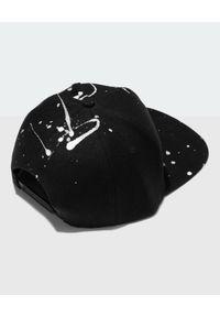 JOANNA MUZYK - Czarna czapka z autografem Love Me. Kolor: czarny. Materiał: dresówka, tkanina. Styl: casual