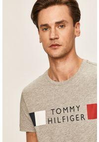 Szary t-shirt TOMMY HILFIGER z okrągłym kołnierzem, casualowy, z nadrukiem