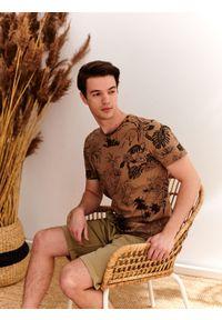 TOP SECRET - T-shirt z modowym nadrukiem. Kolor: beżowy. Materiał: tkanina. Długość rękawa: krótki rękaw. Długość: krótkie. Wzór: nadruk. Styl: wakacyjny