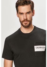 Czarny t-shirt Calvin Klein z nadrukiem, casualowy