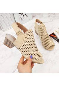 Beżowe sandały Sabatina w ażurowe wzory