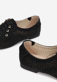 Born2be - Czarne Półbuty Evimisia. Nosek buta: okrągły. Kolor: czarny. Materiał: nubuk, skóra ekologiczna, syntetyk. Szerokość cholewki: normalna. Wzór: ażurowy, aplikacja. Obcas: na obcasie