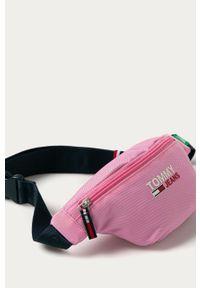 Różowa nerka Tommy Jeans z nadrukiem