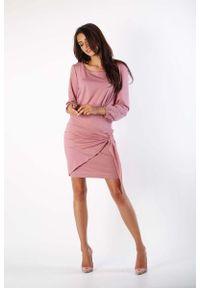 Nommo - Różowa Dzianinowa Sukienka z Ozdobnym Wiązaniem. Kolor: różowy. Materiał: dzianina
