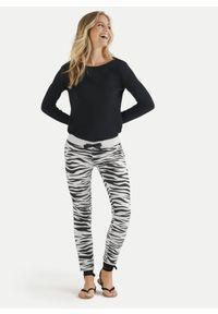 Spodnie dresowe biały tygrys Juvia. Kolor: biały. Materiał: dresówka. Wzór: nadruk