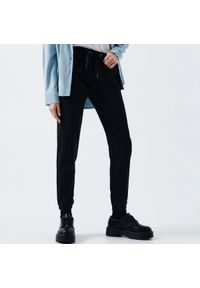 Cropp - Jeansy comfort - Czarny. Kolor: czarny