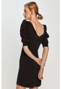 Morgan - Sukienka. Kolor: czarny. Materiał: tkanina. Długość rękawa: krótki rękaw. Wzór: gładki. Typ sukienki: dopasowane #4