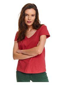 TOP SECRET - Gładki t-shirt z krótkim rękawem i dekoltem w serek. Typ kołnierza: dekolt w serek. Kolor: czerwony. Materiał: bawełna. Długość rękawa: krótki rękaw. Długość: krótkie. Wzór: gładki. Sezon: lato