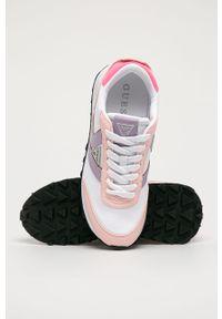 Białe sneakersy Guess z okrągłym noskiem, na sznurówki, na obcasie, z cholewką