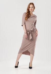 Born2be - Beżowa Sukienka Acalemenis. Typ kołnierza: kokarda. Kolor: beżowy. Materiał: materiał. Typ sukienki: asymetryczne, kopertowe, ołówkowe. Styl: klasyczny. Długość: midi