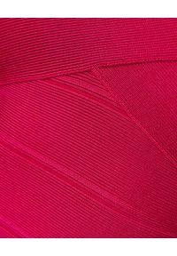 HERVE LEGER - Różowa sukienka bandażowa. Kolor: różowy, fioletowy, wielokolorowy. Materiał: materiał. Typ sukienki: z odkrytymi ramionami. Styl: klasyczny