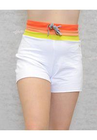 Deha - DEHA - Białe spodenki z wielokolorowym pasem. Kolor: biały. Materiał: bawełna. Wzór: aplikacja, kolorowy. Sezon: lato. Styl: klasyczny