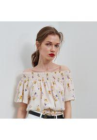 Kremowa bluzka Reserved w kwiaty, z dekoltem typu hiszpanka