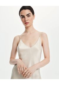 LOVLI SILK - Midi sukienka z dekoltem champagne #NO.49. Kolor: beżowy. Materiał: jedwab. Długość rękawa: na ramiączkach. Długość: midi